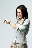 看她的在腕子的年轻愉快的女实业家手表 免版税库存照片