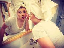 看她的在镜子的妇女反射 免版税库存图片