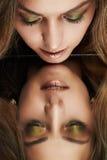 看她的在镜子的美丽的妇女反射 免版税库存图片
