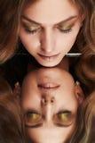 看她的在镜子的美丽的妇女反射 免版税库存照片