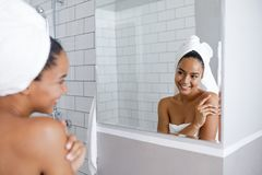 看她的在镜子的美丽的混合的族种妇女反射 库存图片