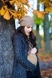 看她的在aut的美丽的孕妇画象腹部 图库摄影