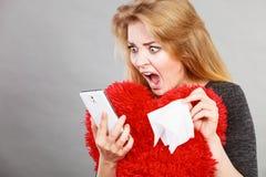 看她的电话的震惊极悲痛的妇女 库存照片