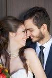 看她的笑的年轻新娘和愉快的新郎 免版税图库摄影
