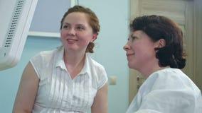 看她的超声波扫描的愉快的微笑的妇女未来婴孩 影视素材