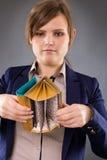 看她空的口袋的一名年轻女实业家的画象 免版税库存图片