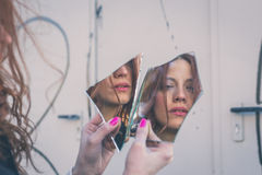 看她自己的美丽的女孩在镜子 库存图片