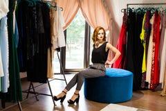 看妇女的时髦坐在她的化装室 库存照片
