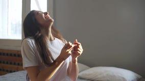 看妊娠试验女孩的愉快的年轻女人画象微笑在妊娠试验以后的正面结果 股票录像