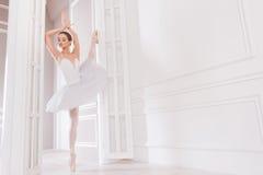 看嫩的跳芭蕾舞者在旁边 免版税图库摄影