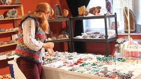 看宝石jewelery的妇女 股票视频
