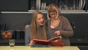 看家庭册页的母亲和女儿 股票录像