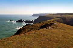 看对圣Govans头的美丽的狂放的岩石和坚固性彭布罗克角海岸 免版税图库摄影