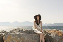 看对在贴水帕帕佐普洛斯口岸的照相机的年轻俏丽的妇女室外夏天画象,享用她的自由和新鲜空气 免版税库存图片