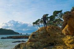 看对天际的多岩石的海滩 库存照片