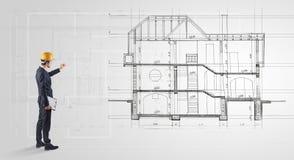 看对房子计划的建筑师 库存图片