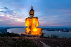 看对湄公河的一个大菩萨图象雕象 免版税库存照片