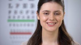 看对照相机和微笑在成功的手术以后的愉快的女性患者 股票录像