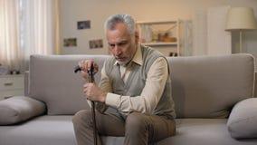看对照相机痛苦寂寞和消沉,问题的哀伤的退休的男性 影视素材