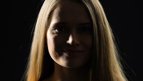 看对照相机的确信的夫人,隔绝在黑暗的背景,自然美人 股票视频