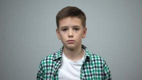 看对照相机,孤儿社会关心,家庭暴力预防的青春期前的男孩 股票录像