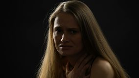 看对照相机,家庭暴力受害者等待的帮助的害怕妇女 股票录像