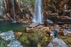 看对Parida瀑布(Cachoeira da Parida)的妇女 免版税库存照片