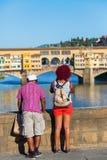 看对Ponte Vecchio,佛罗伦萨,意大利的人们 库存图片