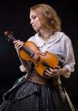 看小提琴的白肤金发的女孩 库存图片