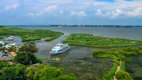 看小船航行的视域入口岸 免版税库存图片