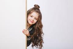 看小行家的女孩画象  卷曲发型 拷贝空间 图库摄影