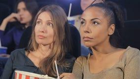 看屏幕的两名妇女电影院 股票录像