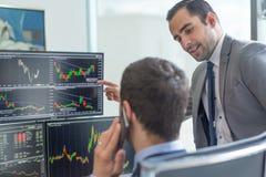 看屏幕的股票经纪人,在网上换 免版税库存图片