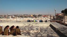 看岩石的圆顶的从一个屋顶的学校孩子和战士在耶路撒冷 股票录像