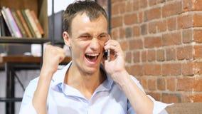 看年轻微笑的人谈话在手机和  隔绝在丝毫 免版税图库摄影