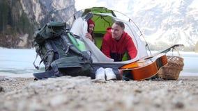 看年轻的夫妇打开帐篷和  影视素材