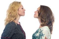 看彼此的两名白肤金发的妇女 免版税图库摄影