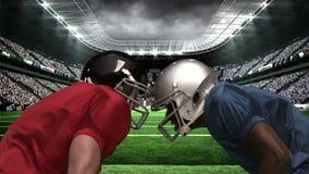 看彼此的严肃的美国橄榄球运动员 股票视频
