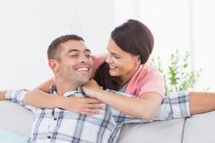 看彼此的夫妇在房子里 免版税库存图片
