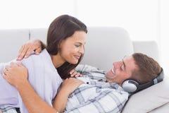 看彼此的夫妇在沙发 免版税库存图片