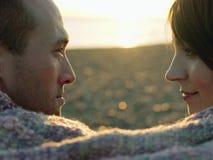 看彼此的夫妇特写镜头侧视图海滩 图库摄影