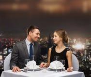 看彼此的微笑的夫妇餐馆 免版税库存图片