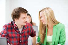看彼此的微笑的学生学校 免版税库存图片