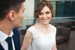 看彼此的新娘和新郎在餐馆 免版税库存照片