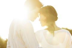 看彼此的浪漫夫妇背面图在夏天期间 图库摄影