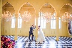 看彼此的浪漫婚礼夫妇侧视图在教会里 免版税库存图片