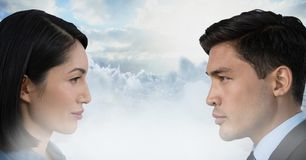 看彼此的男人和妇女通过云彩 库存照片