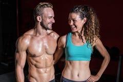 看彼此的肌肉夫妇 库存照片