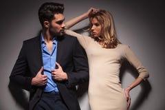 看彼此的年轻时尚夫妇 免版税图库摄影
