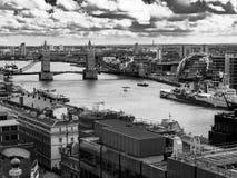 看往从纪念碑的伦敦塔桥 库存照片